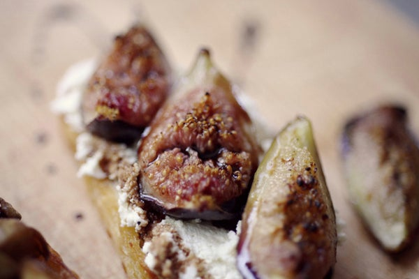 roasted-fig-and-ricotta-crostini